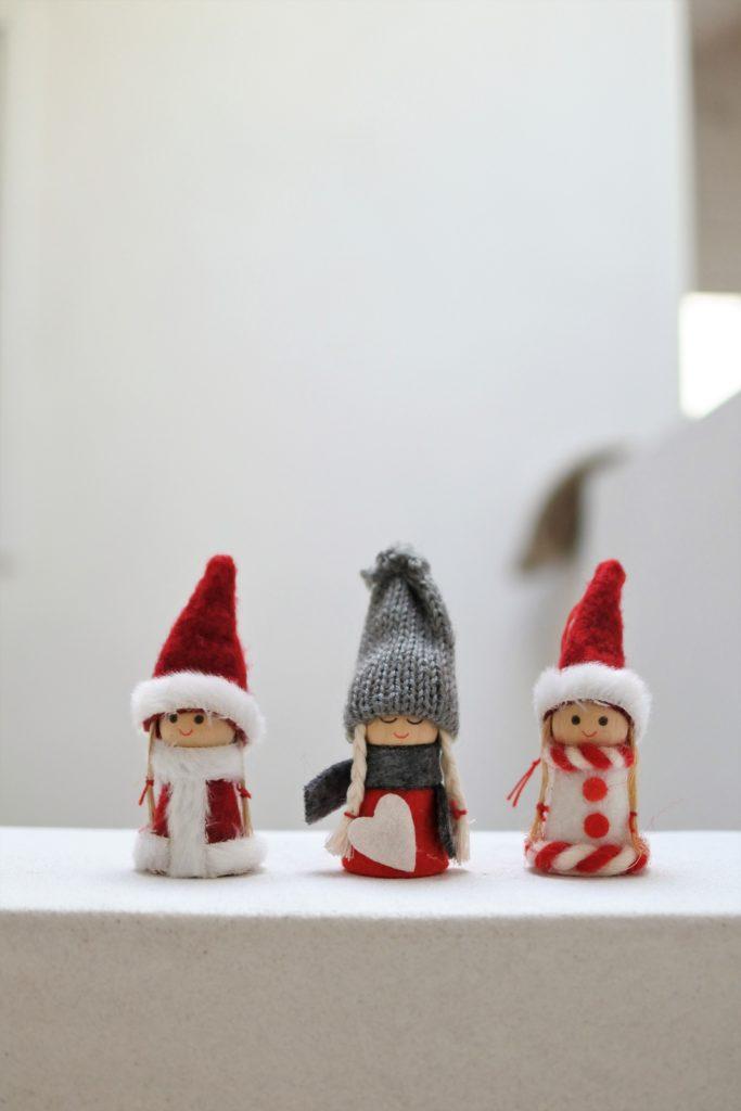クリスマスの飾りつけにニッセを飾る