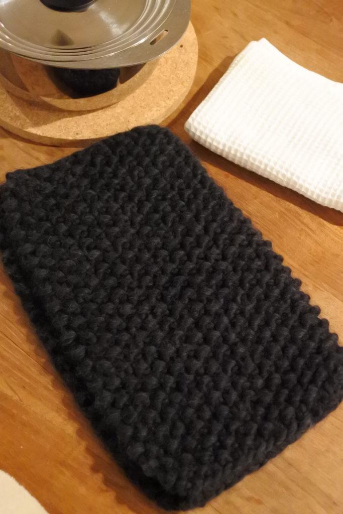 ニットで編んだ鍋帽子