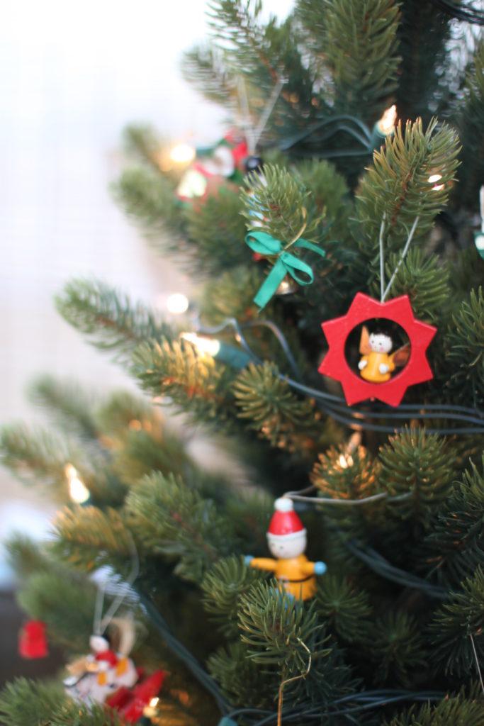 PLASTIFLOR社のクリスマスツリーに飾りつけ