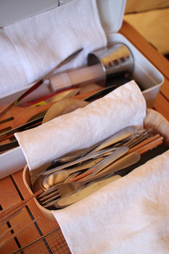 キャンプグッズの調理道具とカトラリー収納