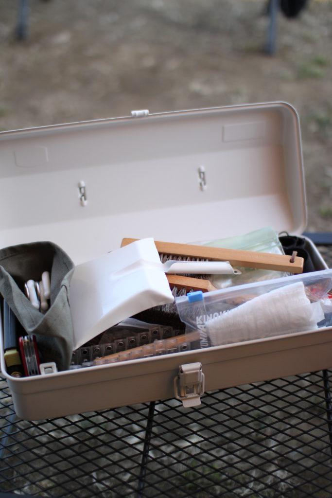 無印のスチール工具箱にキャンプで使うものを詰め込んでます