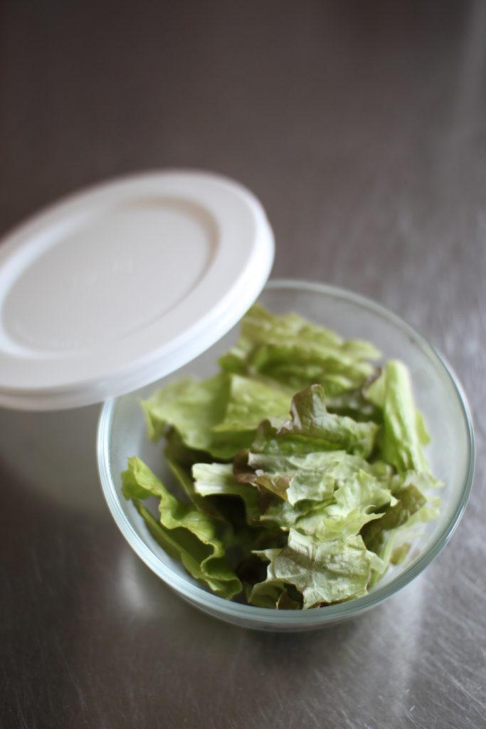 一人分のサラダを保存してそのまま食卓へ出す。