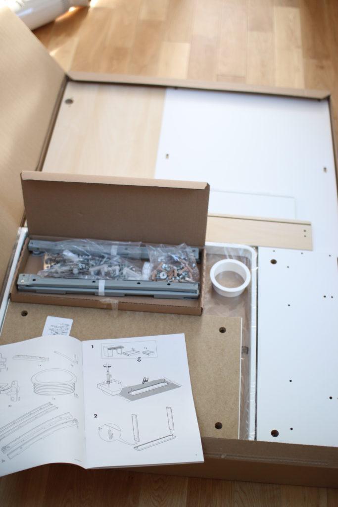 IKEAのMICKEのデスク(机)を組み立てる