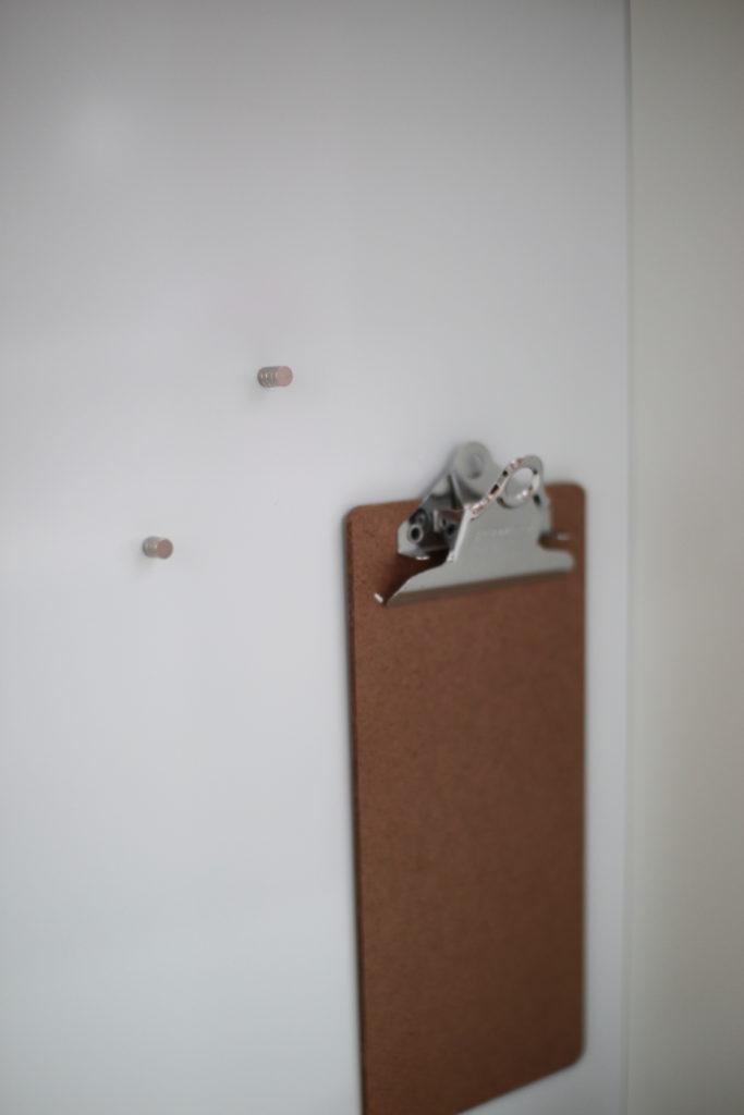 MICKEのデスクのパネルはマグネットボードになっています。