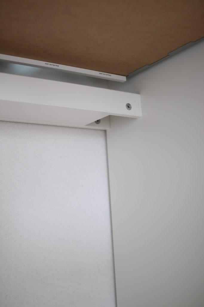 MICKEの机の下には配線コード用の棚がついています