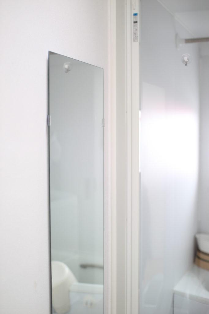 浴室横の脱衣スペースにIKEAの鏡を取り付けています