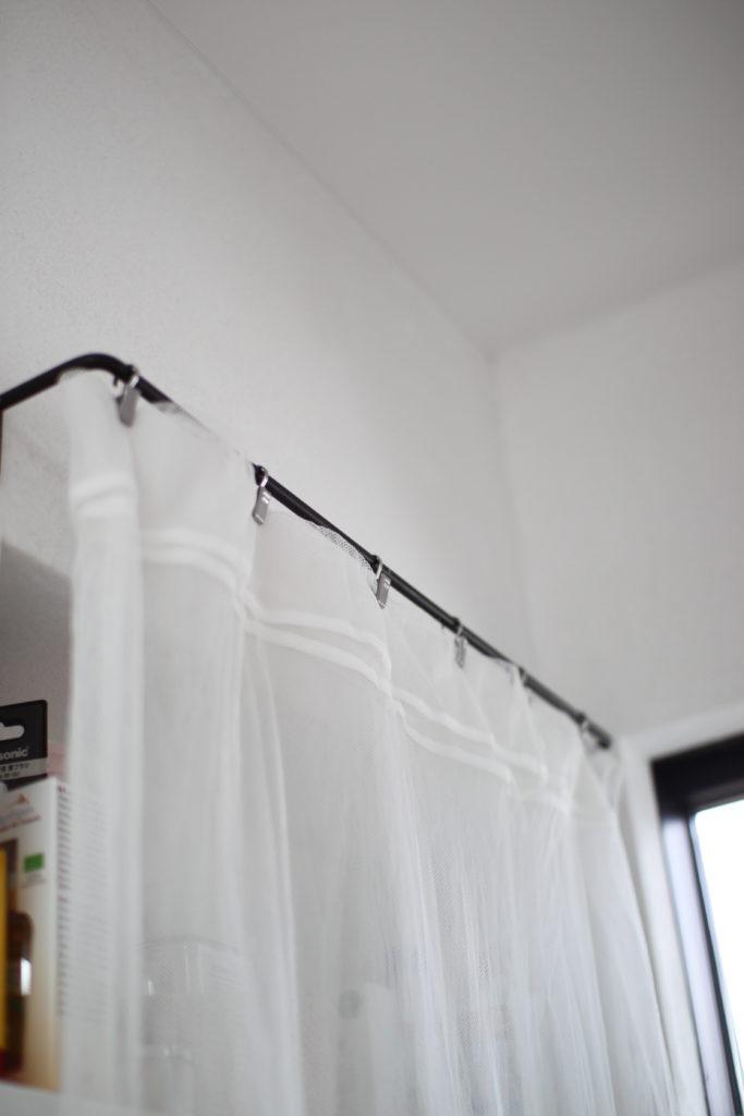 洗面所のニッチ収納をニトリのレースカーテンで目隠ししてます