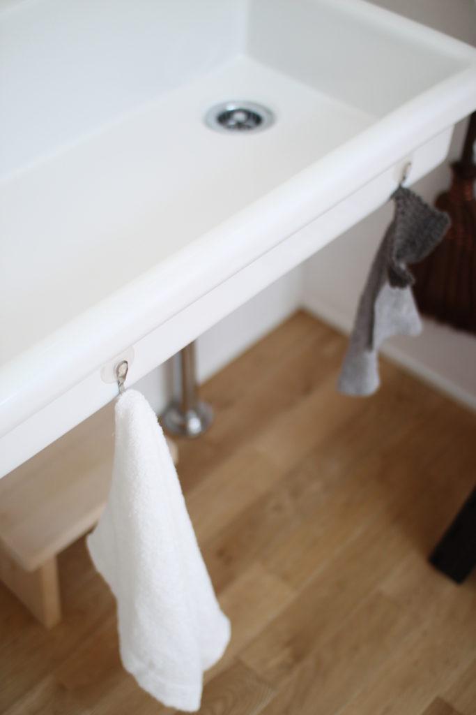 洗面台のタオルは吸盤フックに引っ掛けてます