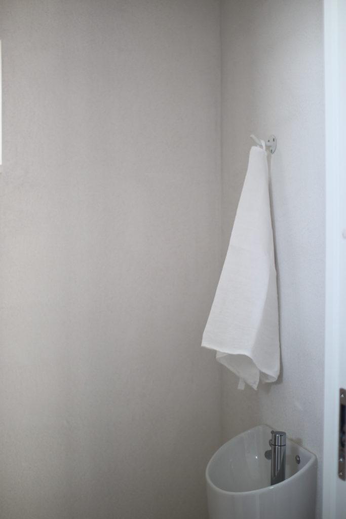 トイレのタオルは壁に取り付けたフックに引っ掛けてます