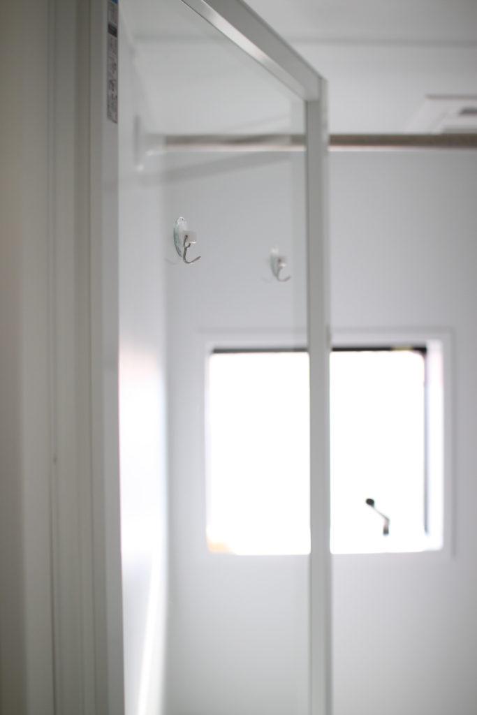 浴室のガラス戸に吸盤フックを付けてタオルを引っ掛けてます