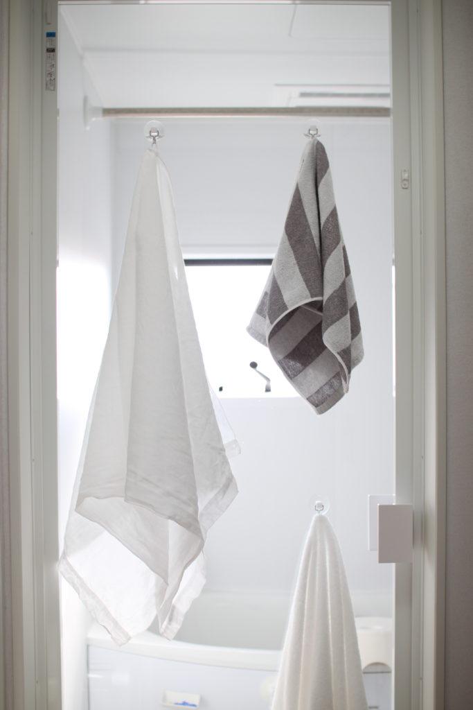 浴室のガラスドアに吸盤フックを付けてタオルを引っ掛けてます