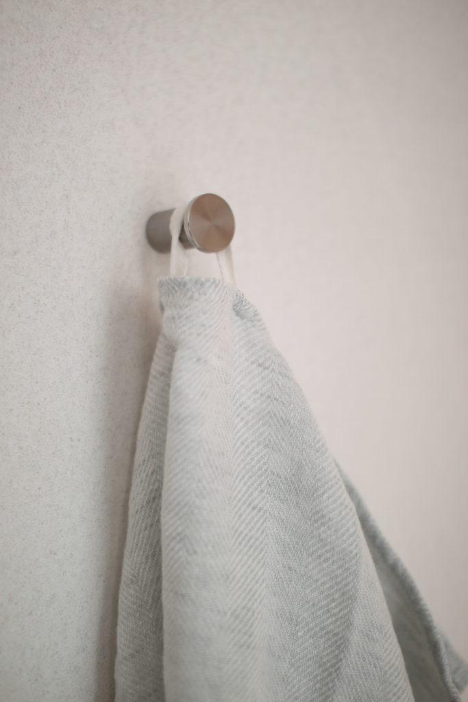 トイレのタオル掛けはIKEAのフックを壁に取り付けてます