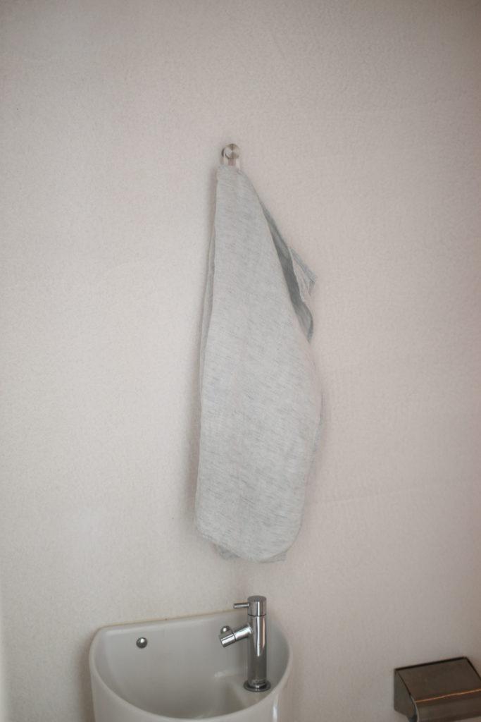 トイレのタオルも吊り下げてます