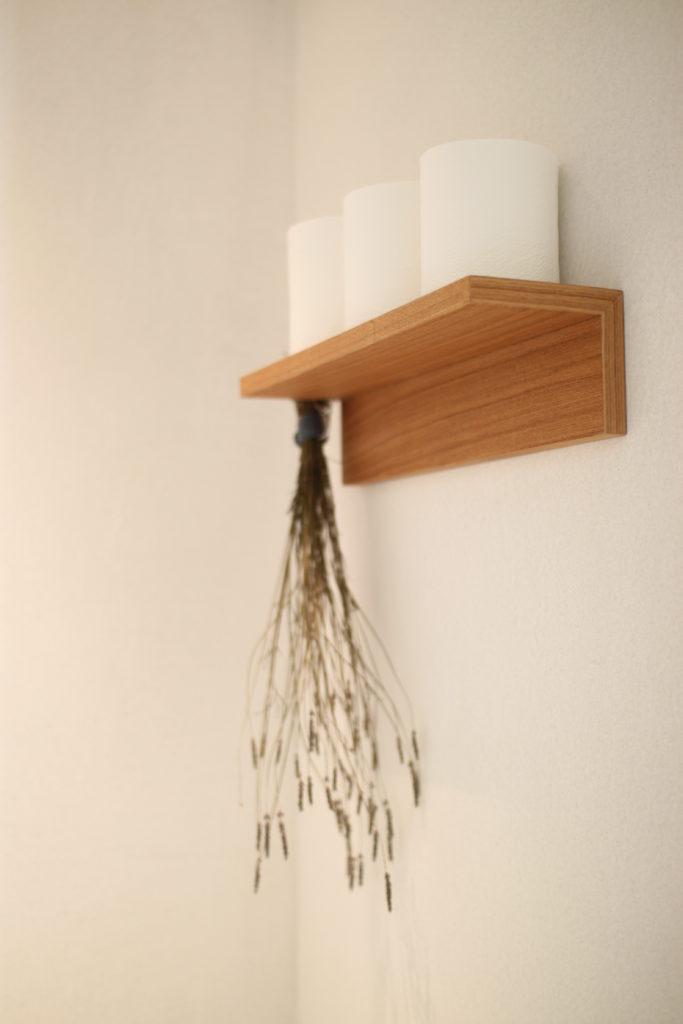 トイレットペーパー置き場に無印の壁に付けられる家具を使ってます