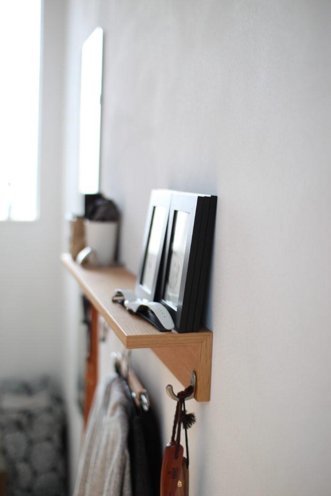 クローゼット近くの廊下に無印の壁に付けられる家具の棚を取り付けています