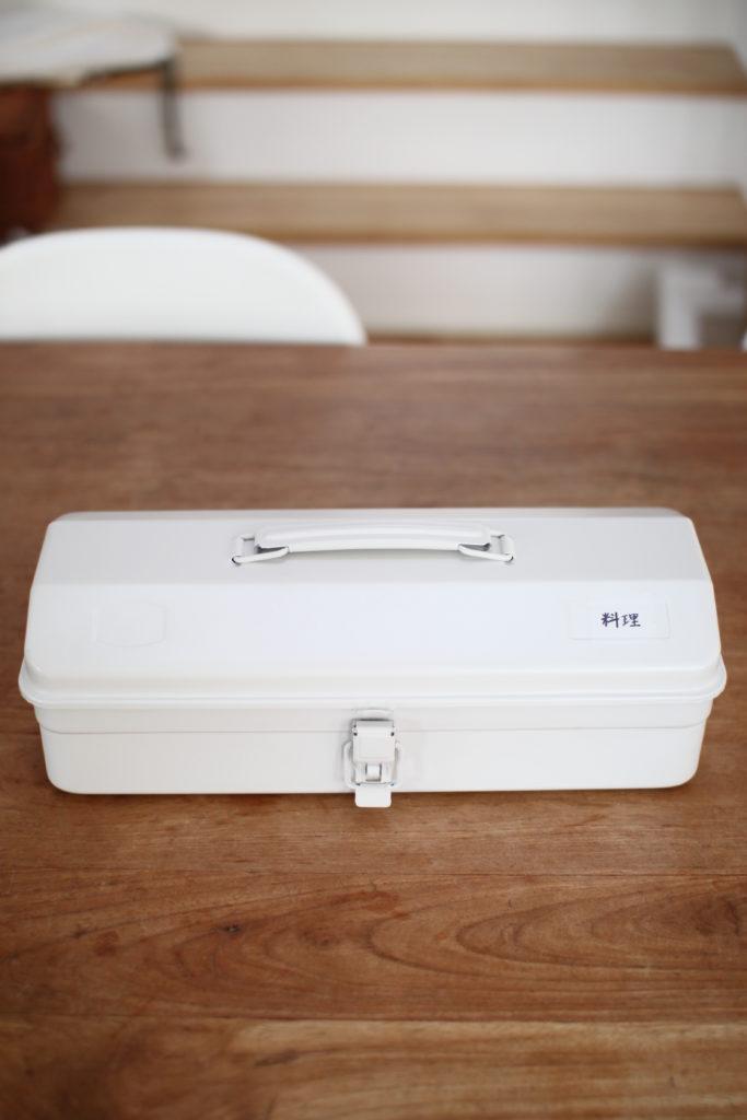 無印の工具箱にキャンプ用のキッチングッズをまとめています
