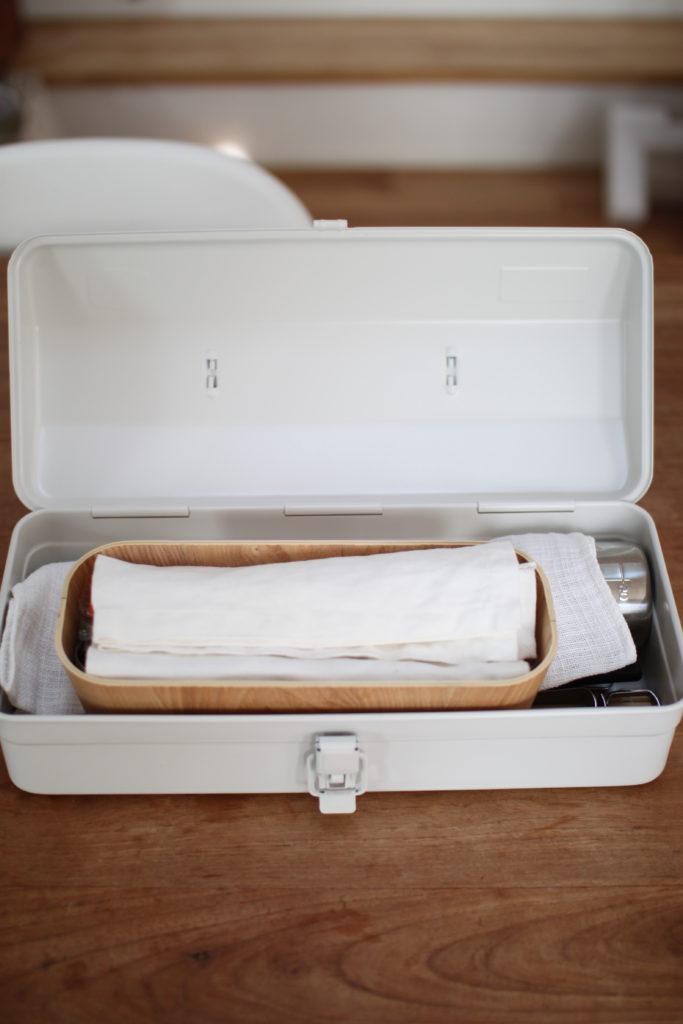 キャンプ用のキッチングッズを無印の工具箱にまとめています