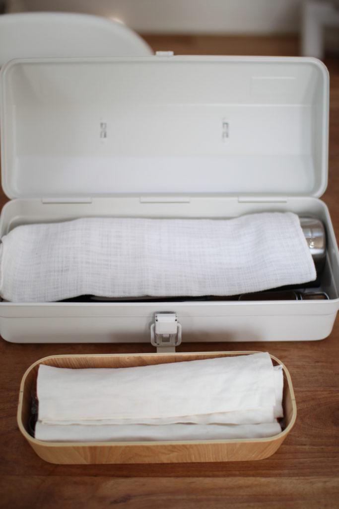 無印の工具箱に木製のケースを入れてキッチングッズを2段収納にしています。