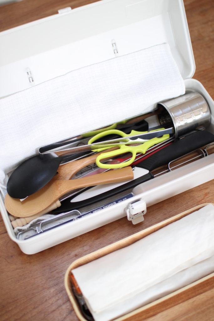 無印の工具箱に調理器具がぎっしり詰まってます