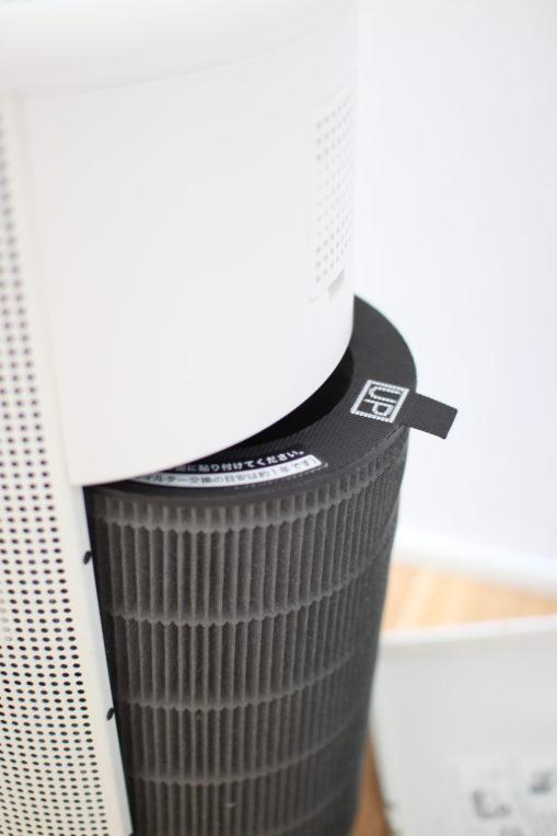 無印の空気清浄機のフィルターはつまみを引っ張って引き出します