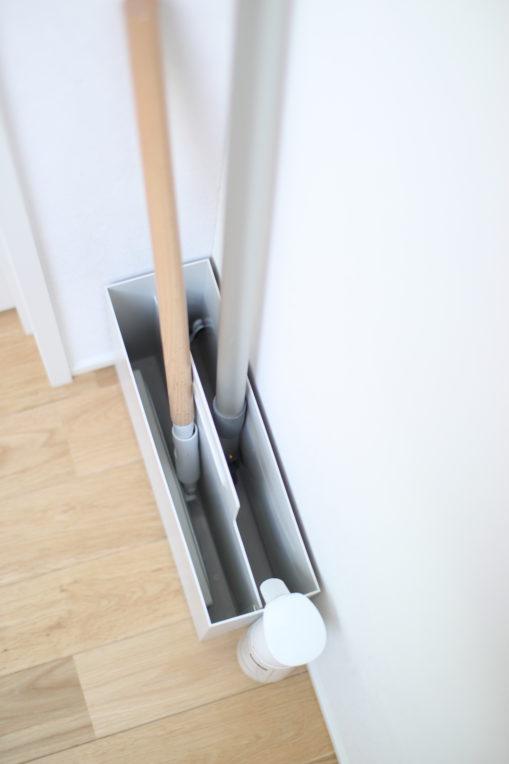 フロアワイパーとMQモップをまとめて収納するなら持ち手付きファイルボックスがぴったり