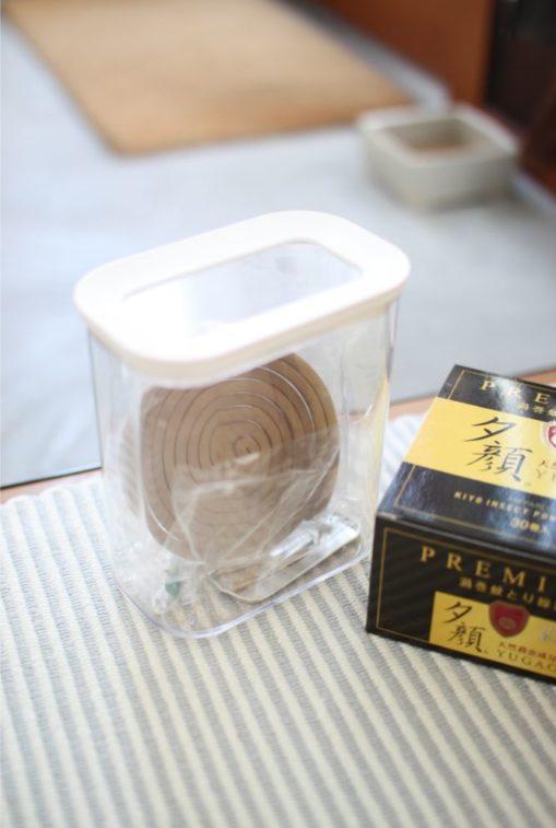 菊花線香はニトリの保存容器に移し替えています。