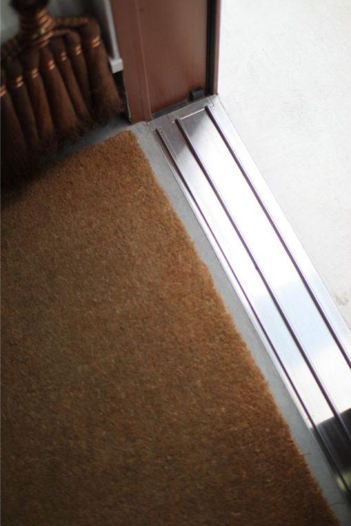 玄関引き戸のレール掃除