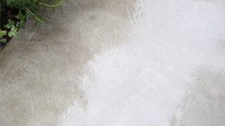 雨の日に外構のコンクリート掃除