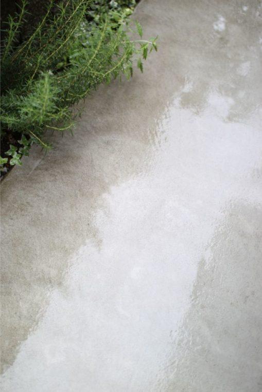 雨の日は外構のコンクリート掃除