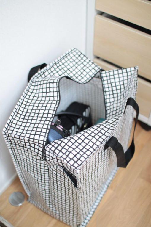 IKEAのKNALLAバッグに夏休みの間学用品を保管