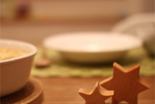 クリスマスのテーブルにオーナメント