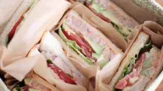 かごにサンドイッチを詰めてピクニック