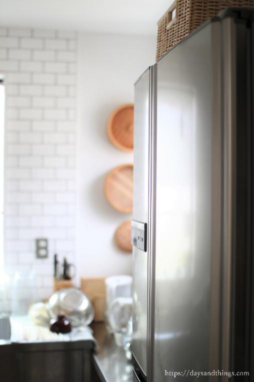 冷蔵庫の上を掃除