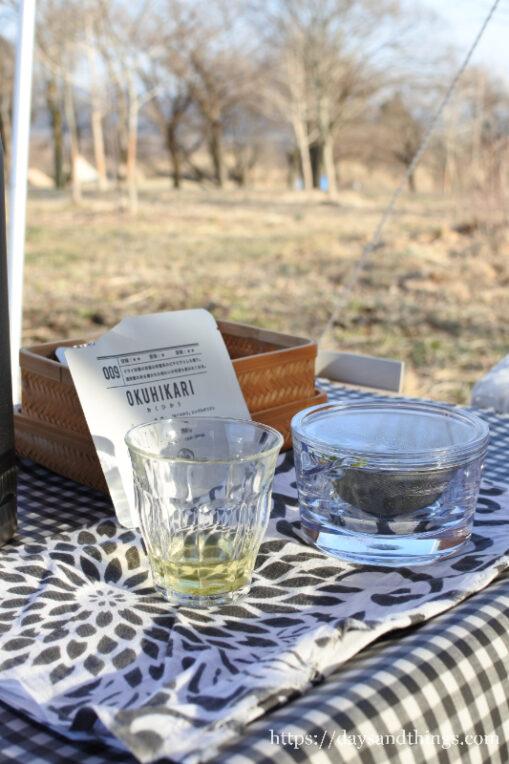 煎茶堂東京の透明急須を持ってキャンプで野点